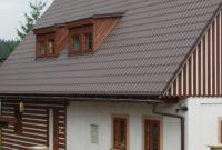 Metall-Dachpfannenprofile mit Gaube und Dachfenster