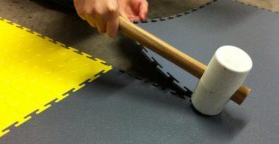 Flexi-Tile PVC Bodenfliesen einfach verlegt mit Gummihammer