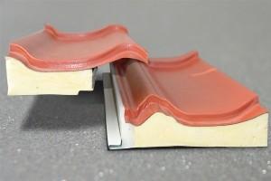 Dachpfanne aus Metall mit Isolierung